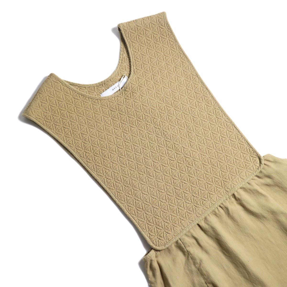ARCHI / SKIMIA QUILT DRESS (beige) フロント