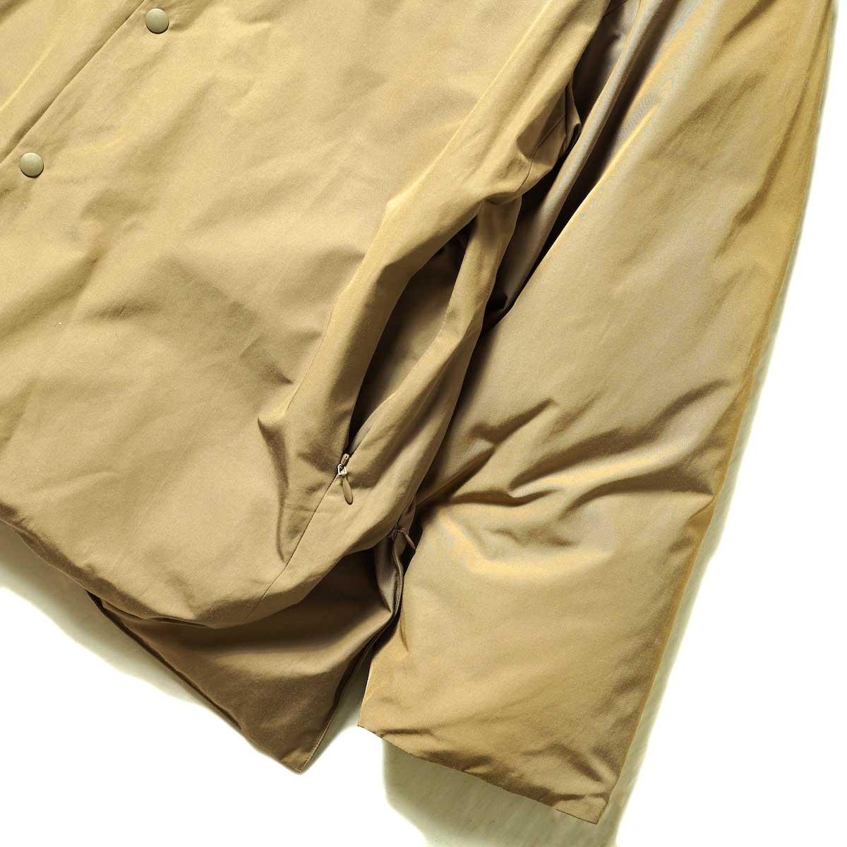 blurhms / Stand-up Collar Down Jacket (Khaki Beige) 袖・裾・ポケット