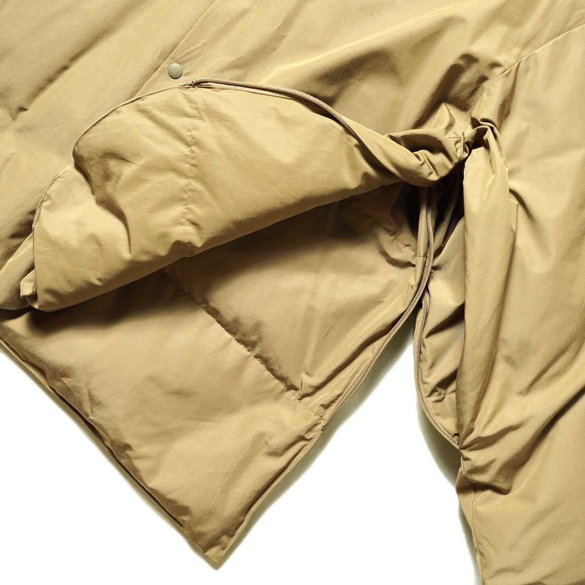 blurhms / Stand-up Collar Down Jacket (Khaki Beige) 袖・裾ジップ開閉
