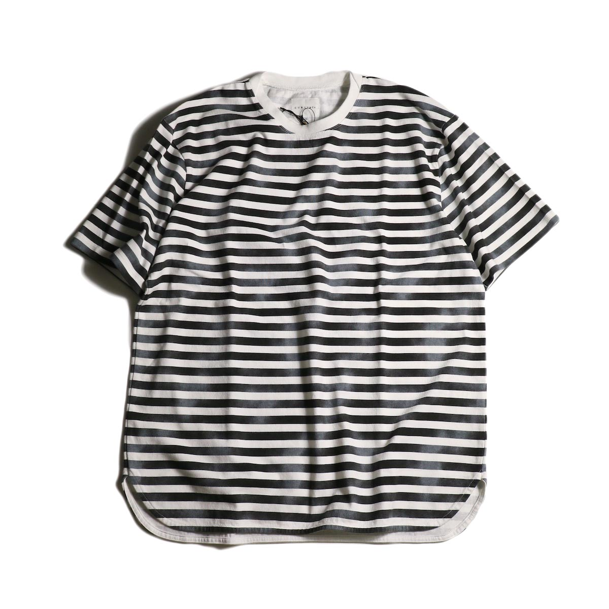 CURLY / FROSTED SS BORDER TEE (White/Black)
