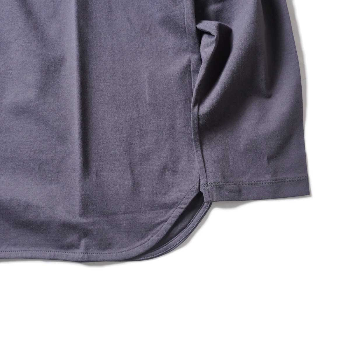 CURLY / ELS L/S CN TEE (Charcoal)裾、袖