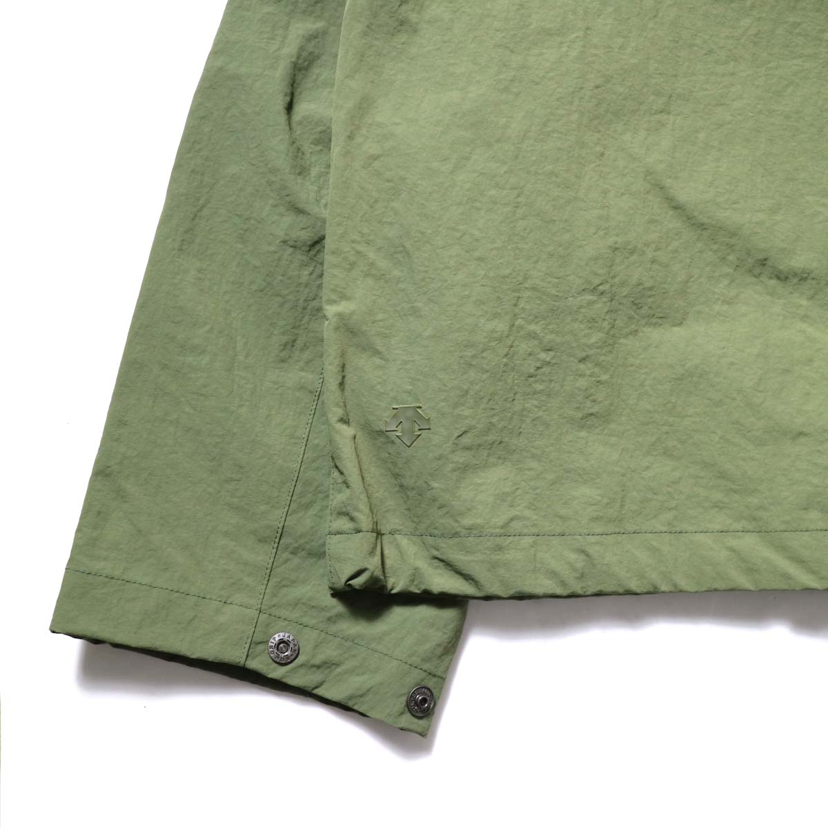 DESCENTE ddd / SWING COACH JACKET (Khaki)背面ロゴ、袖ボタン