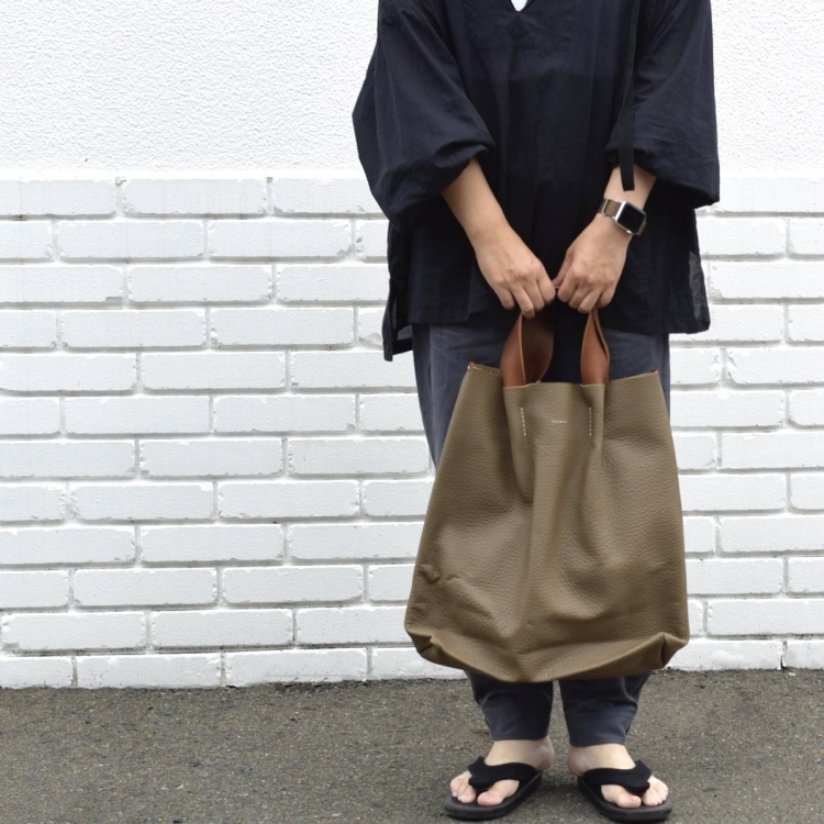 Hender Scheme / piano bag big (Taupe)  着用イメージ