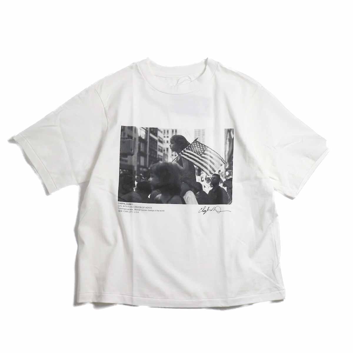 JANE SMITH / Cheryl Dunn Girl With Flag Canyon Of Heros Short Sleeve T-Shirt -White