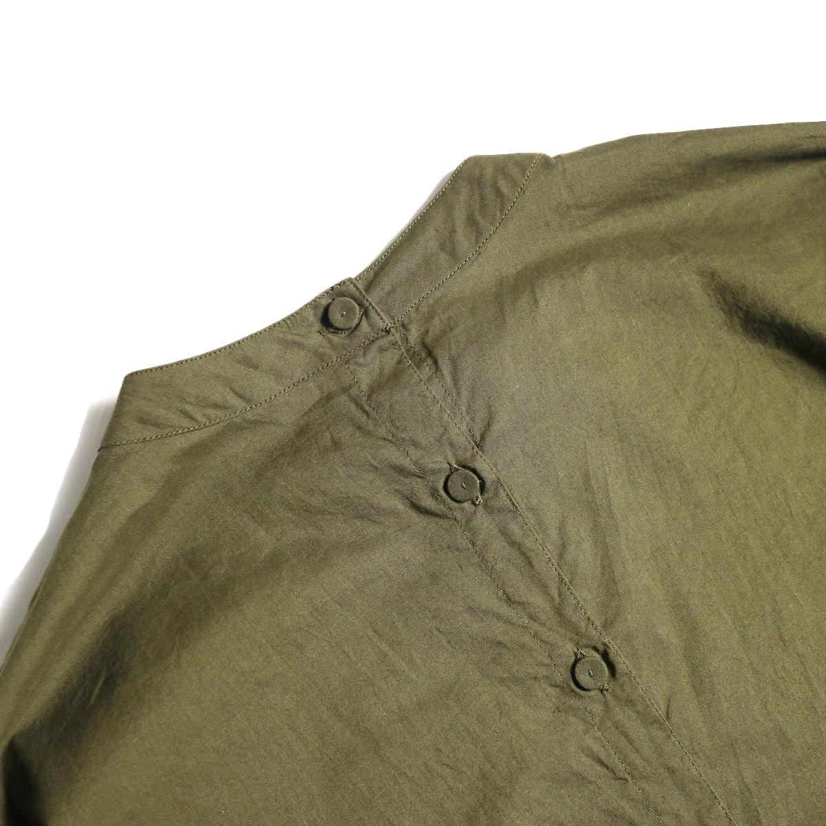 maison de soil / BACK OPENING STAND COLLAR SHIRTS(DK.OLIVE) くるみボタン