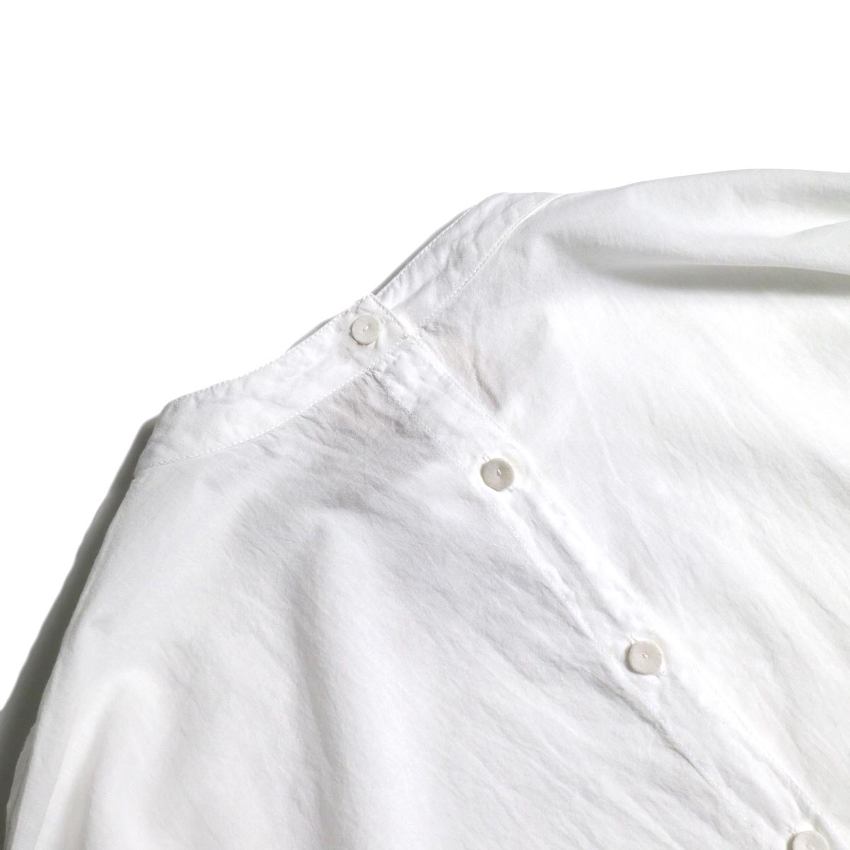 maison de soil / BACK OPENING STAND COLLAR SHIRTS(WHITE)くるみボタン
