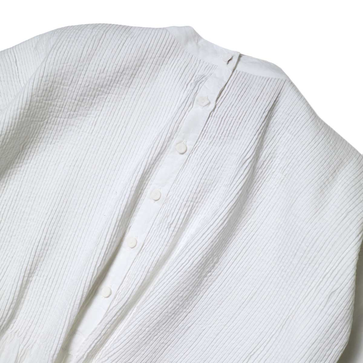 maison de soil / BACK OPENING STAND COLLAR SHIRT WITH MINI PINTUCK (White) 背面ボタン