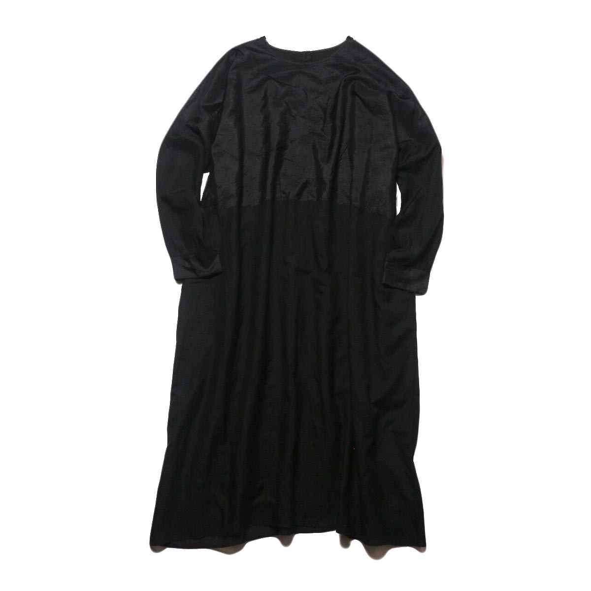 maison de soil / HAND WOVEN COTTON SILK × SILK PLAIN DROP SHOULDER DRESS (black) 正面