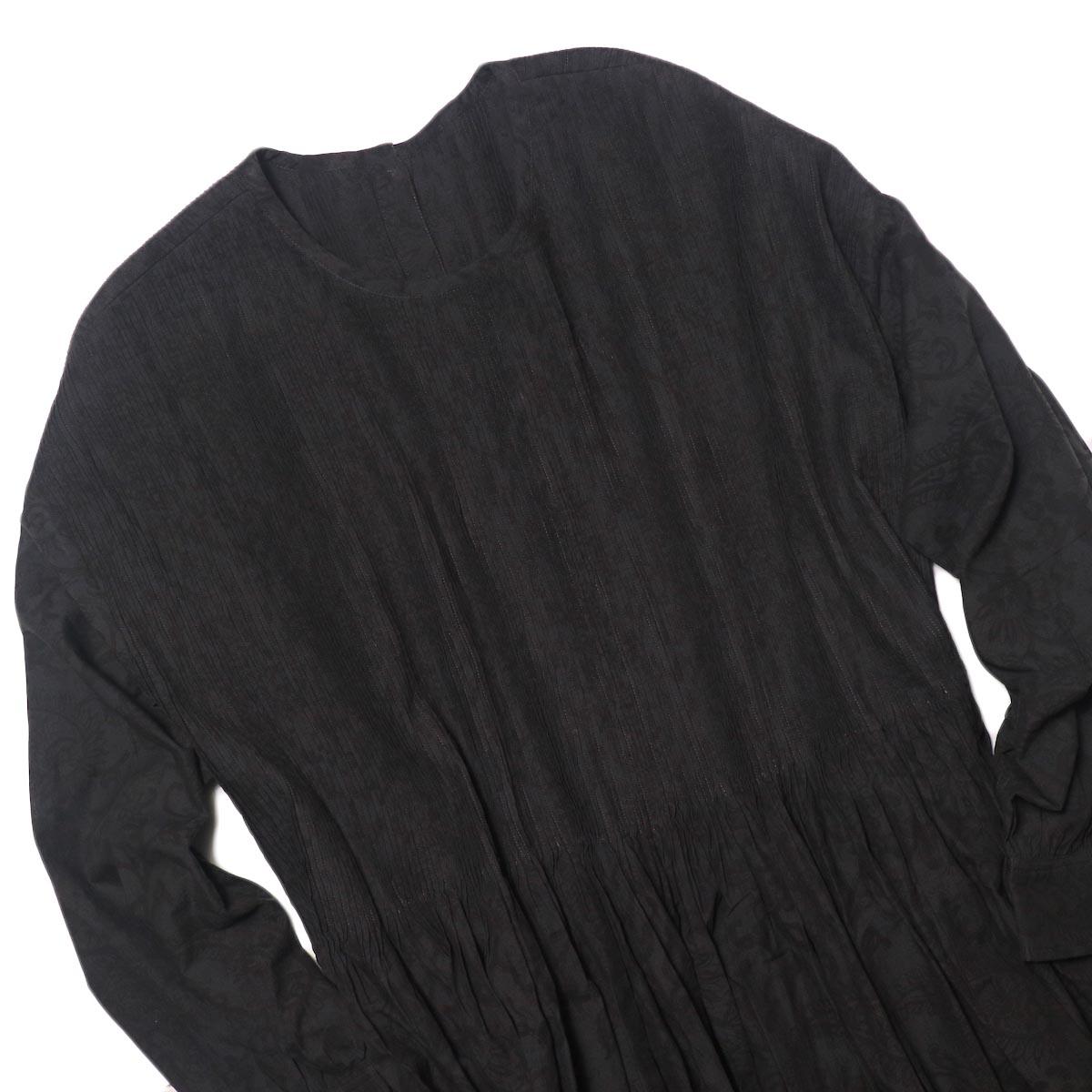 maison de soil / CREW-NECK P/O DRESS WITH MINI PINTUCK (charcoal×black paisley pront) フロント