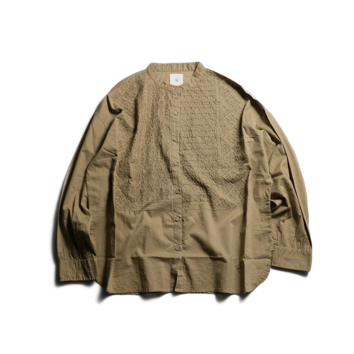 maison de soil / Band Collar EMB Shirt -Beige