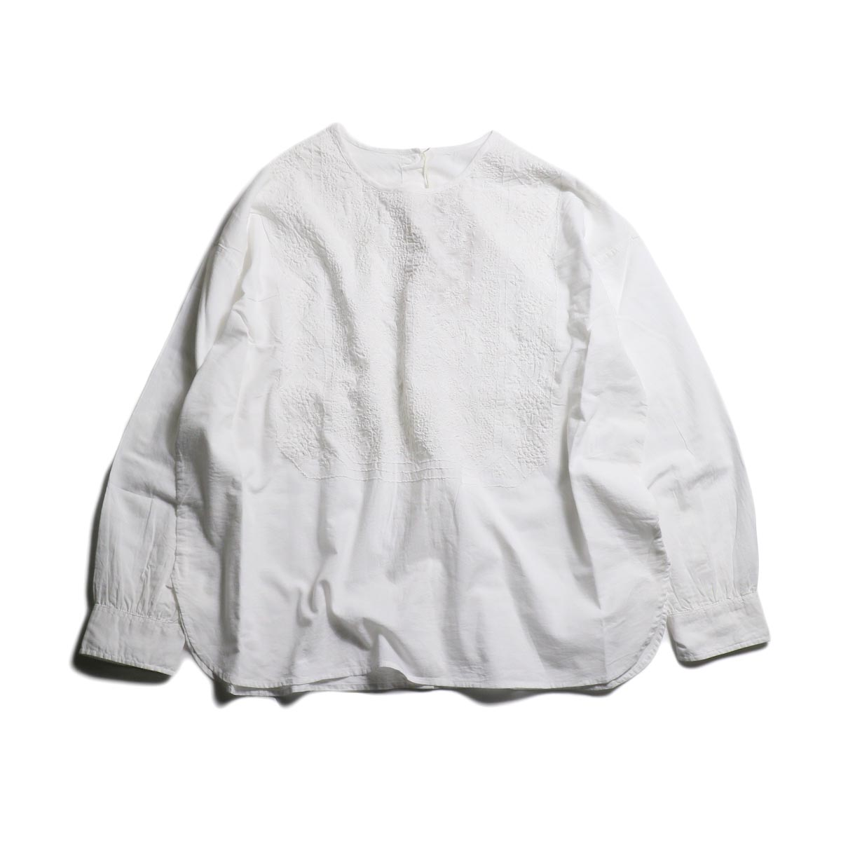 maison de soil / Back Opening Crew Neck EMB Shirt -White