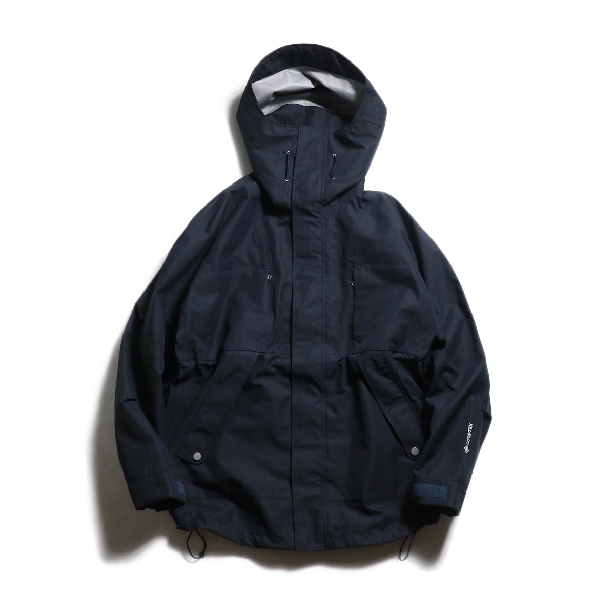 nonnative / HIKER HOODED JACKET POLY PIQUE WITH GORE-TEX® 3L (Navy)