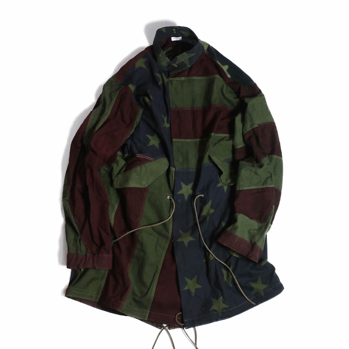 <H1> オリーブカラーに染色したアメリカンフラッグをMODS COAT にリメイクした象徴的なスペシャルアイテム。 </H1> <P> 奇跡的に再入荷致しました。<BR> 国旗の柄の配置等も考えて製作され、これはかっこいい一枚です。<BR> オリーブに染色されることで、着用しやすく、スプリングコートにもってこいの一枚に。 ※古着を使用したリメイクアイテムですので、使用感、破れ、汚れ、穴など、各種ダメージにご理解下さい。<BR> ※こ