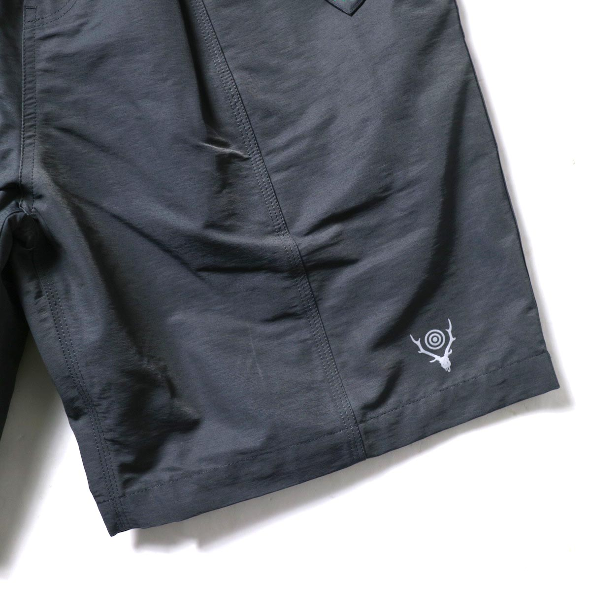South2 West8 / BELTED C.S. SHORT - C/N GROSGRAIN (Charcoal)裾、ロゴ