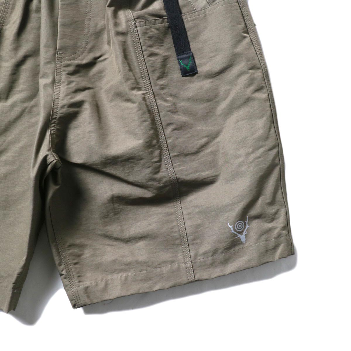 South2 West8 / BELTED C.S. SHORT - C/N GROSGRAIN (Taupe)裾、ロゴ