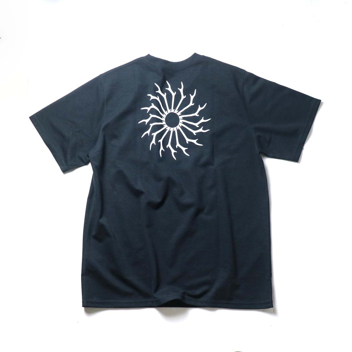 South2 West8 / S/S ROUND POCKET TEE - CIRCLE HORN (Black)