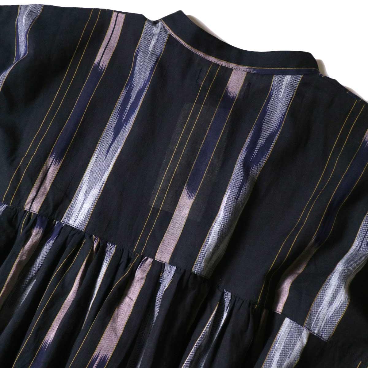 SOIL / BANDED COLLAR GATHERED DRESS (Black Base) 背面アップ
