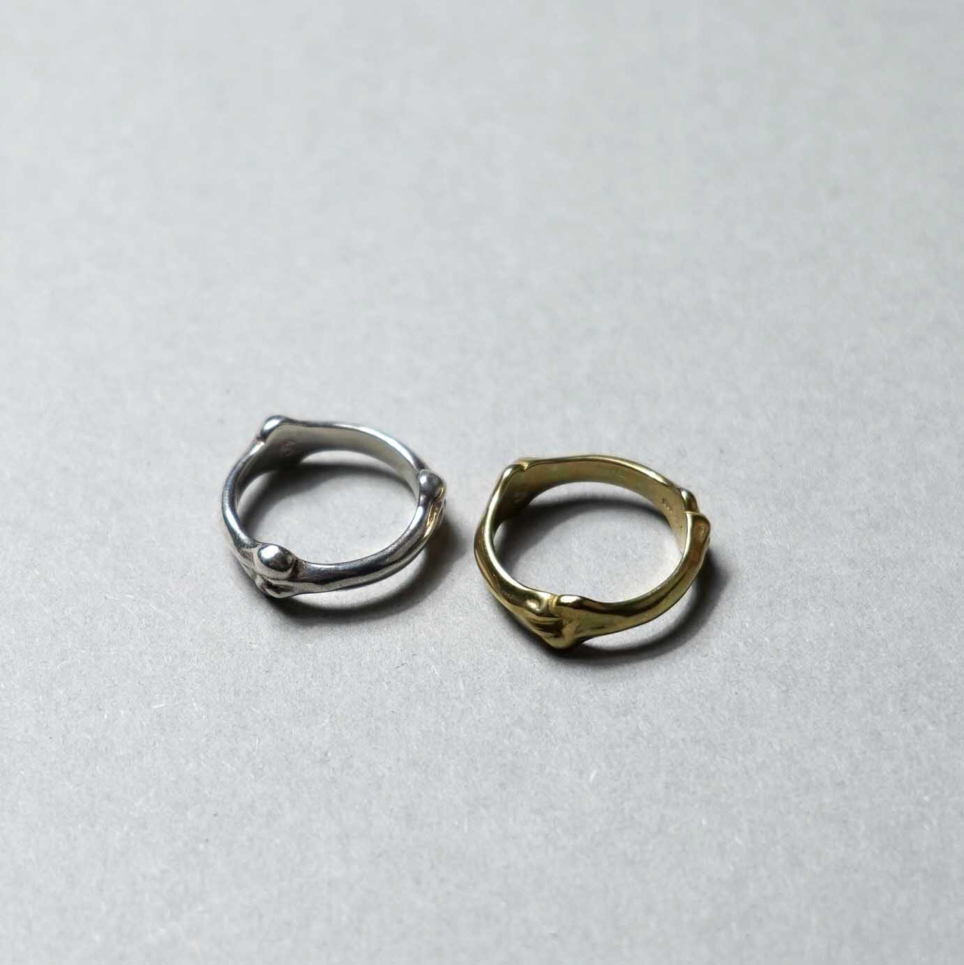 The Soloist / sa.0027SS21 bone shaped band ring.