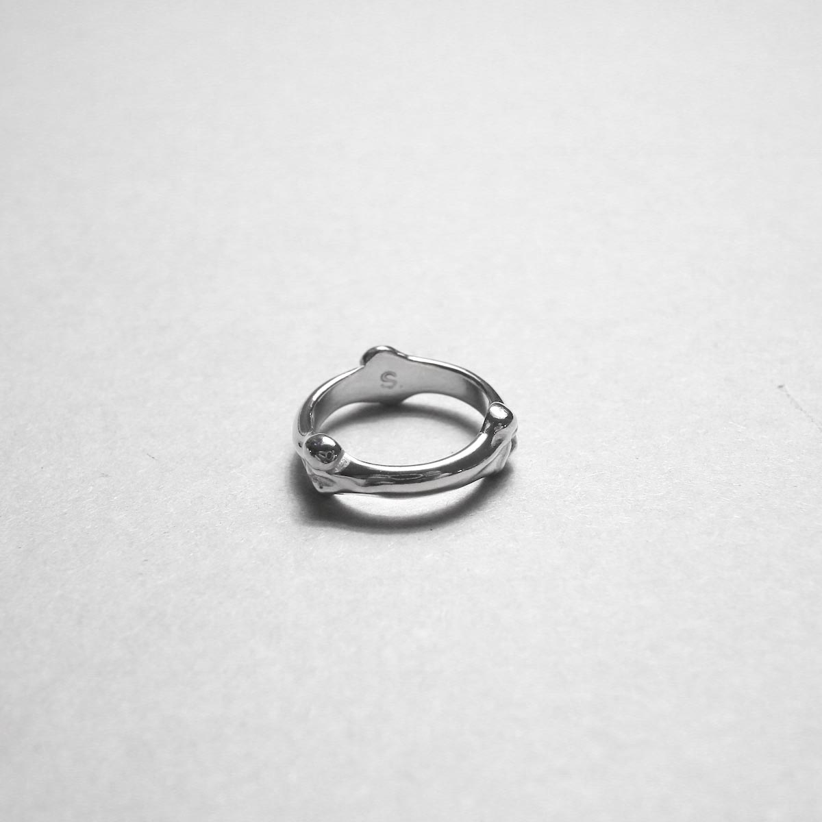 The Soloist / sa.0029AW20 bone shaped band ring.