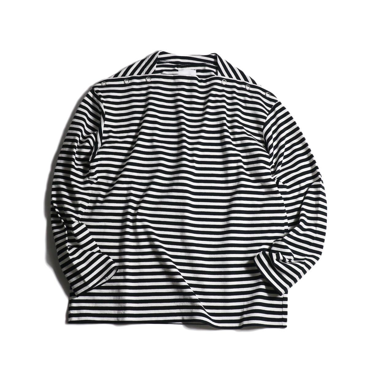 The Soloist / sc.0005cAW20 shoulder buttoned boat neck shirt. (Black×White)正面