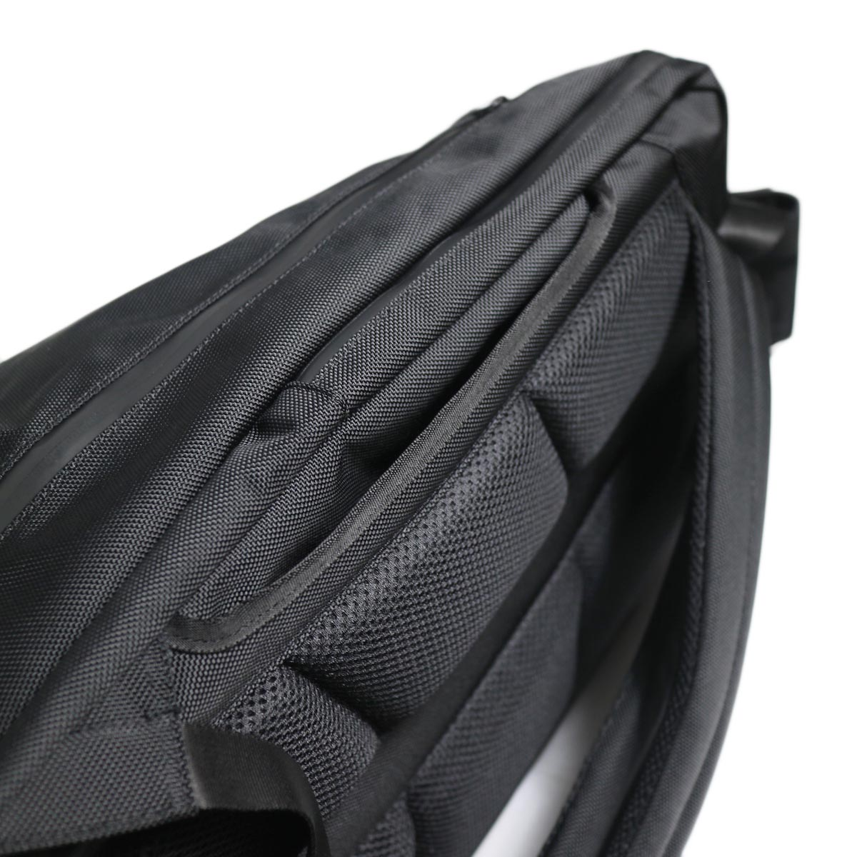 UNIVERSAL PRODUCTS / New Utility Bag -Black 背面ポケット
