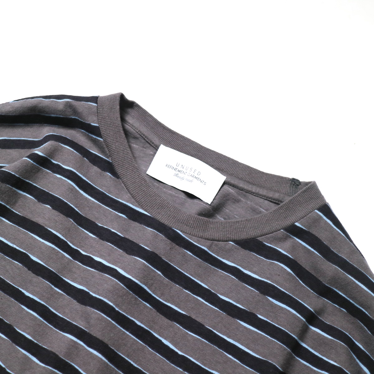UNUSED / US2021 Short sleeve print border t-shirt (Charcoal × Black)ネック