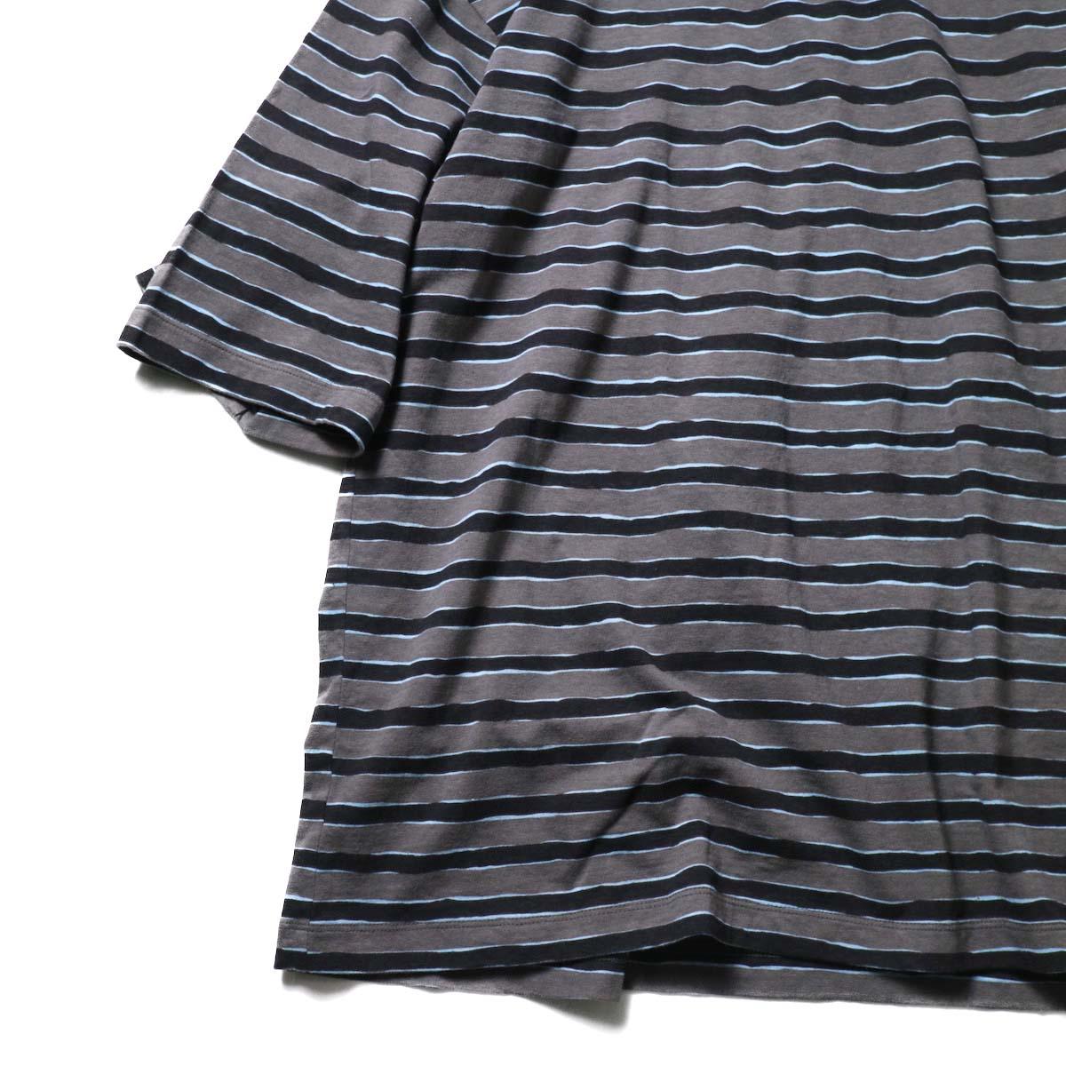 UNUSED / US2021 Short sleeve print border t-shirt (Charcoal × Black)袖、裾
