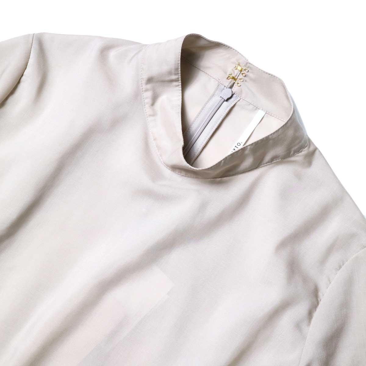 WHYTO. / ベルマックス スタンドカラー プリーツブラウス (Grayge) 襟