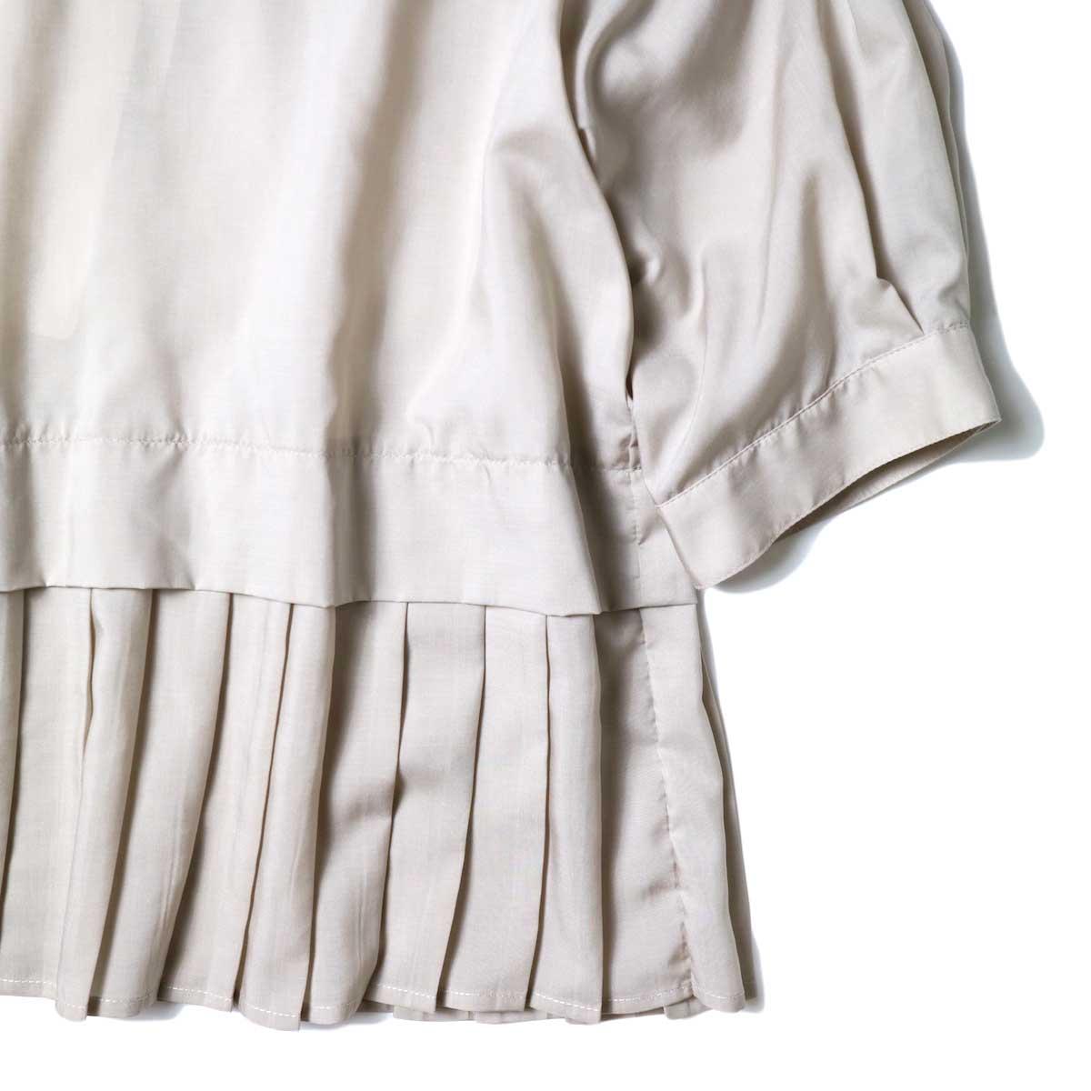 WHYTO. / ベルマックス スタンドカラー プリーツブラウス (Grayge) 袖・裾プリーツ