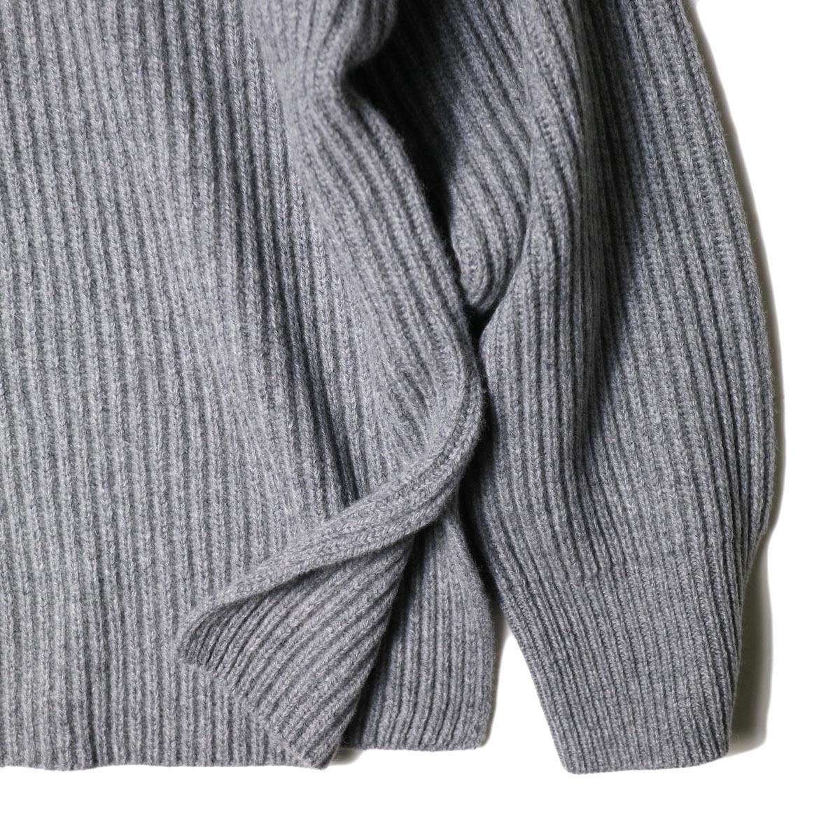 YLEVE / EXTRAFINE MERINO WOOL RIB KN TURTLE (grey) 袖・スリット